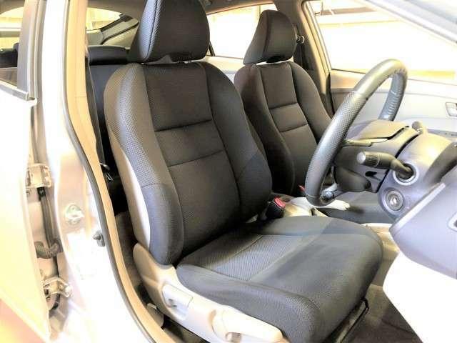 運転席シートは少しヘタリが見られますが、破れや汚れの付着が無く良好な状態です。尚、隅々まで綺麗に清掃の後にご納車させて頂きます。