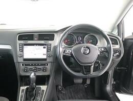 ★快適な車内空間、直感的に操作して頂けるボタン配置と洗練されたお車となっております。室内はレザー3本スポークマルチファンクションステアリングホイールです。ステアリングから手を離さずに操作可能です。