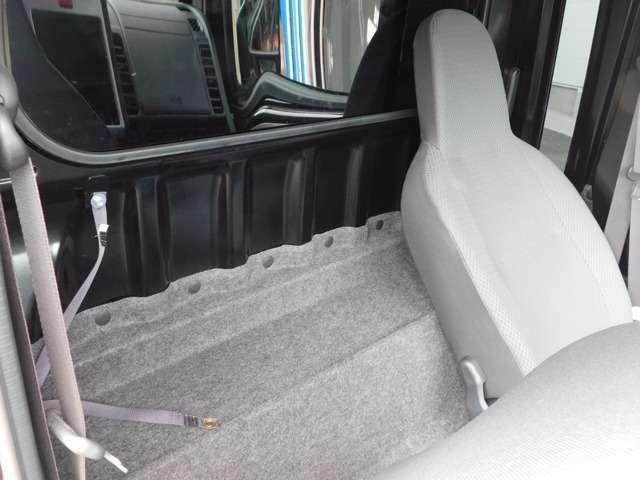 座席の後ろに荷物を置くスペースもありますよ♪