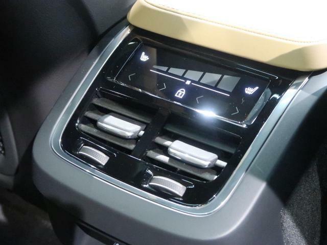 後席にも独立したオートエアコンを備えており、コンソール後部の液晶パネルより操作します。普段使いから長距離ドライブなどで複数人でご使用いただく場合など、用途を問わず便利に、快適にお使いいただけます。