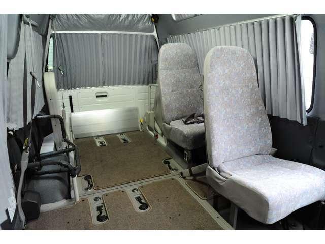 1人掛けリクライニングシート、車いす乗車2台可能、固定装置、収納装置、アコーデオンカーテン