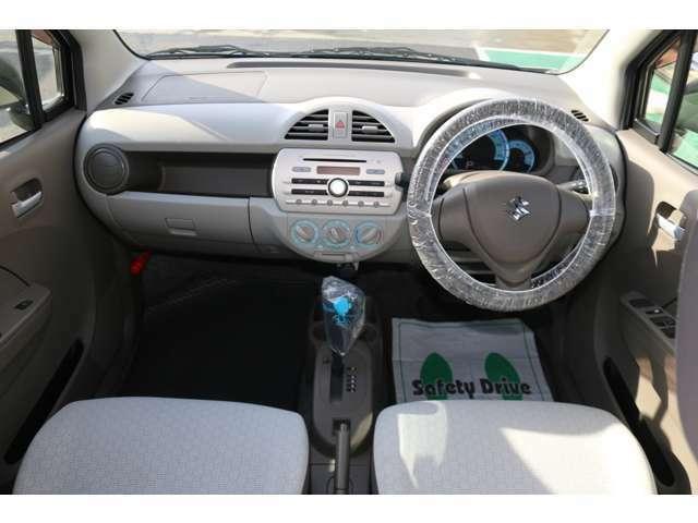 運転席周りもシンプルで操作性の良い作りになっています。