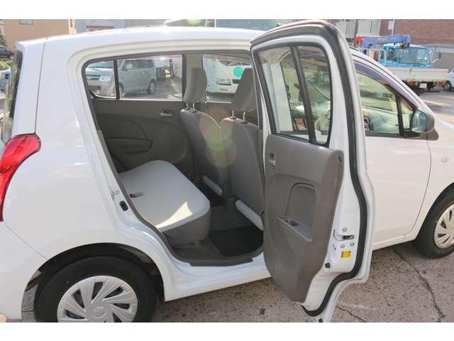車体はコンパクトですが、後部座席の足元スペースも十分確保されています。もちろんパワーウィンドウも付いています。