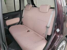 後席シートもピンクベージュカラーのファブリックシート