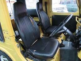 運転席シート!黒のビニールレザー製となっています☆