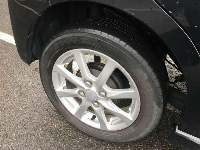 タイヤの溝はまだまだたっぷり残っています。純正ホイールキャップが装着されています。