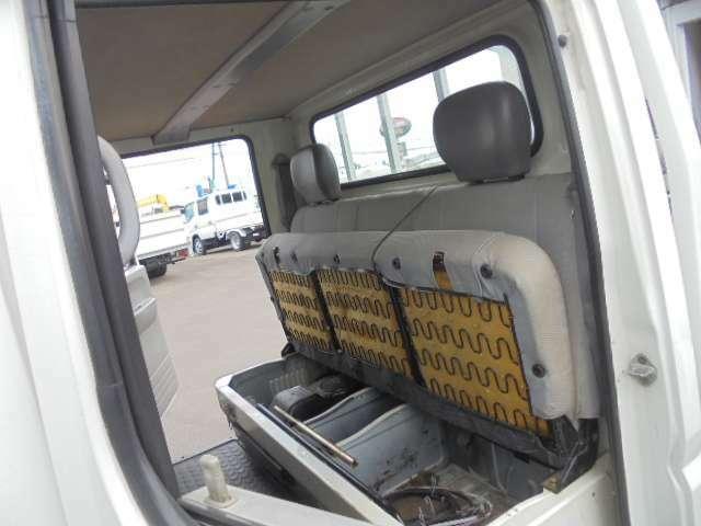 後席を折りたためば広々荷室として使えます。