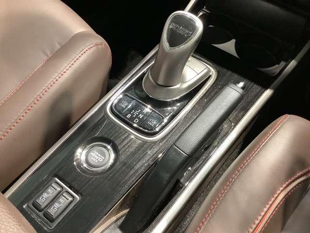 ジョイスティックタイプのセレクターレバー。ドライブモードスイッチ。シートヒーターも完備