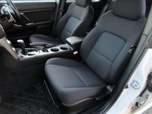 ホールド感のあるシート♪長時間乗っていても疲れません♪運転席も助手席も足元広々で快適にドライブ頂けます♪