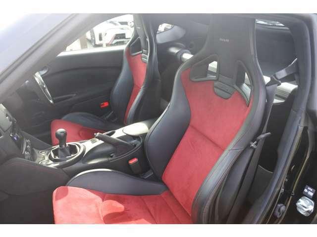 赤の専用レカロシートを纏った内装は走りのワクワクを演出いたします。