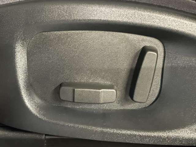 フロントシートは12wayの電動調整式。