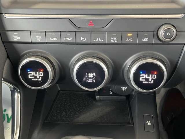 ヂュアルオートエアコン。運転席・助手席用ダイヤル式で操作も手の届く位置に配置します