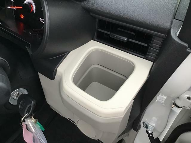 運転席側のドリンクホルダーです。エアコンの風が直接あたりますので、快適温度を出来るだけキープします♪ドリンクを置かない時には、小物入れとしても使えますよ♪