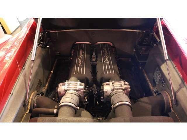 エンジンルーム内は綺麗な状態をたもっております。V10エンジンサウンドをお楽しみください。