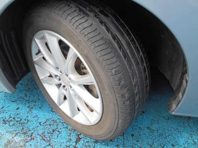 タイヤはヨコハマ製デシベル付き!!タイヤ山は4~5分山残り溝有り!!新品&スタッドレスタイヤも格安海外品から国産品まで各種取り扱えますので交換ご希望の方はお気軽にご相談下さい!!!
