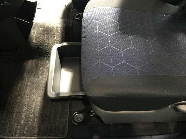 助手席のシート下には、トレイを収納!嬉しい装備です♪