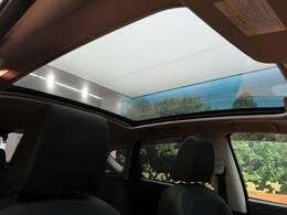 解放感溢れる【ガラスルーフ】☆車内には爽やかな太陽の穏やかな光が差し込みます☆
