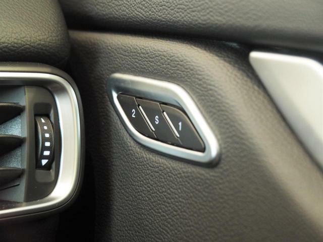 シートメモリー付きパワーシート。細かいシート調節後記憶してくれる為、便利な装備です。