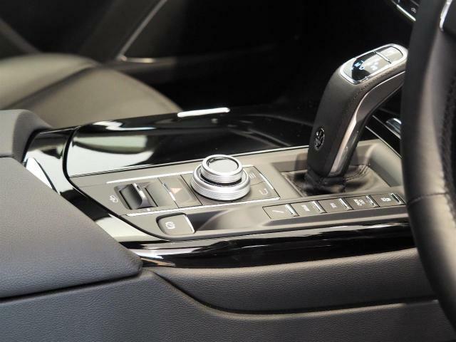 車内中央のセンターコンソール。2019年モデルより新型シフトレバーになり、操作性も向上しています。スポーティーな印象を持たせてくれます。