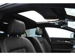 パノラミックスライディングルーフ:運転席はもちろん後部座席頭上まであるサンルーフで開放感が得られます!