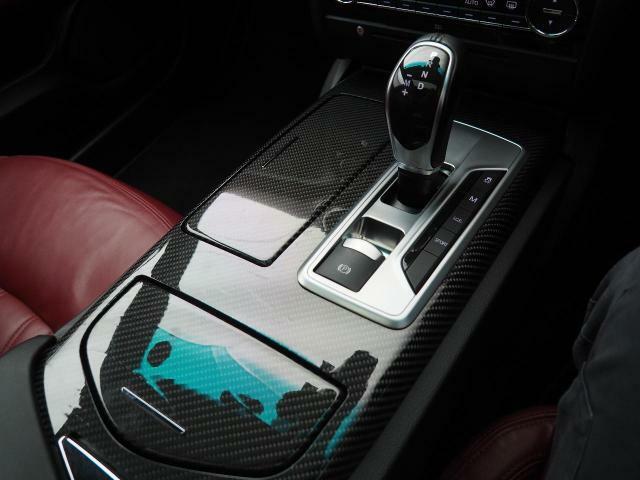 車内中央のセンターコンソール。カーボンインテリアトリムがよりエレガンスな印象を持たせてくれます。
