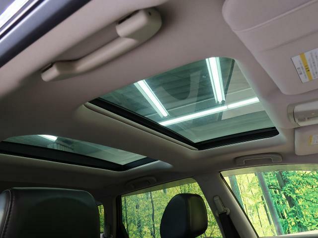 【サンルーフ】屋根の一部がガラスになっていて、スイッチでオープンできる機能!長時間運転で疲れちゃってもこの開放感♪