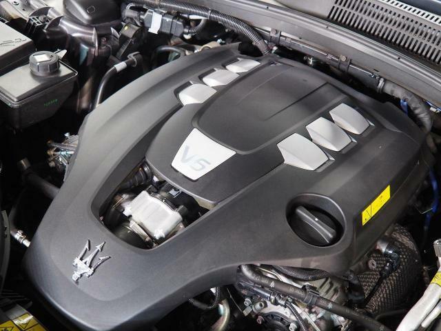 マセラティの100年の歴史が詰まった、3リッターV6ツインターボエンジン 350馬力(カタログ値)。是非店頭でその走りやエギゾーストを、肌で、耳でご体感ください。