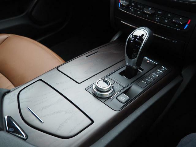 車内中央のセンターコンソール。ラディカウッドトリムがよりスポーティーな印象を持たせてくれます。