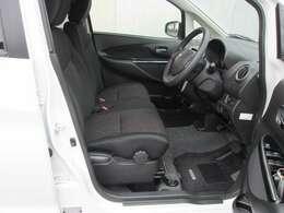 前席(左右独立シートスライドリクライニングシート・SRSエアバック付本革巻きステアリング・電制パワーステアリング・専用フロアカーペット)