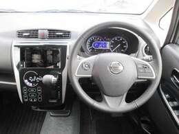 運転席周り(クリーンフィルター内蔵オゾンセーフフルオートエアコン・SRSエアバック内蔵パワーステアリング・ステアリングオーディオスイッチ・クルーズコントロールスイッチ)