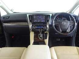 ウッド調と革巻きのステアリングで、快適な操作性の運転席です。