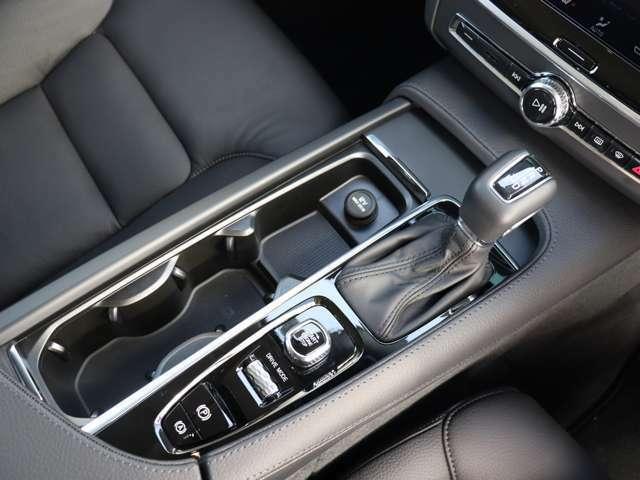 トランスミッションはアイシン製8段ATを採用。シフトセレクターの手前にはイグニッションのオン/オフスイッチや走行モードの切り替えダイヤル、パーキングブレーキのスイッチなどが備わります。