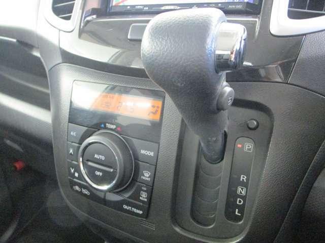 インパネCVTシフトレバーです。操作が簡単なオートエアコンです。1年と通して快適な車内で過ごせます。