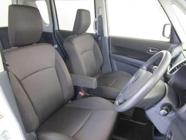 左右分割のフロントシートで車内はウォークスルーが可能!シートのサイズもゆったりです!