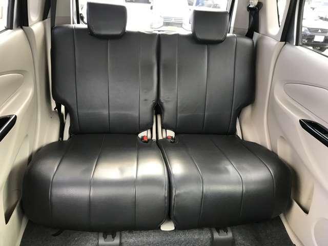 足元が広くゆったりとくつろぐことができる後席ベンチシートです♪