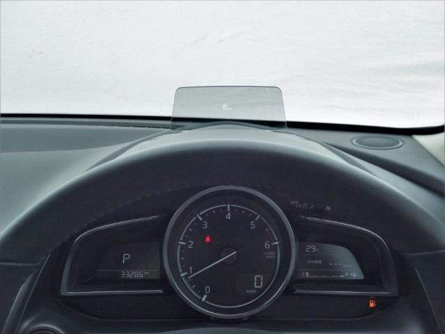 ヘッドアップディスプレイはンジンONでメーターフードの前方に立ち上がり「走行情報」を表示。カラー化を含む改善などにより、読み取りやすさを向上させました。