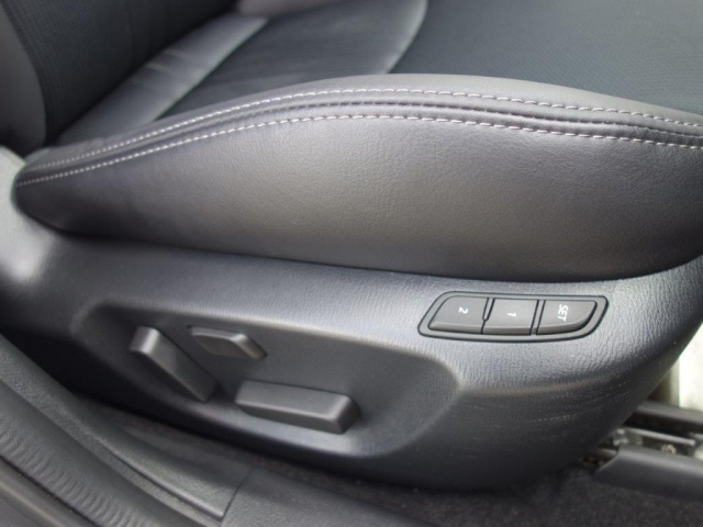 運転席はメモリー機能付きのパワーシートになっています。