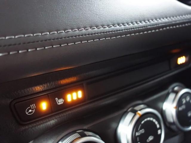 運転席・助手席とステアリングにはヒーターを、またハンドルにはステアリングヒーターを内蔵。素早く温め、寒い季節でも安全で快適な操作をサポートします。