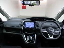 大型モニター式ナビゲーションを見やすい位置に配置して視点の移動を抑えて操作性をアップした運転席周りです♪