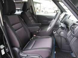 フロントシートはアームレスト付き☆運転席はリフター機能で目線の高さ調整も可能♪
