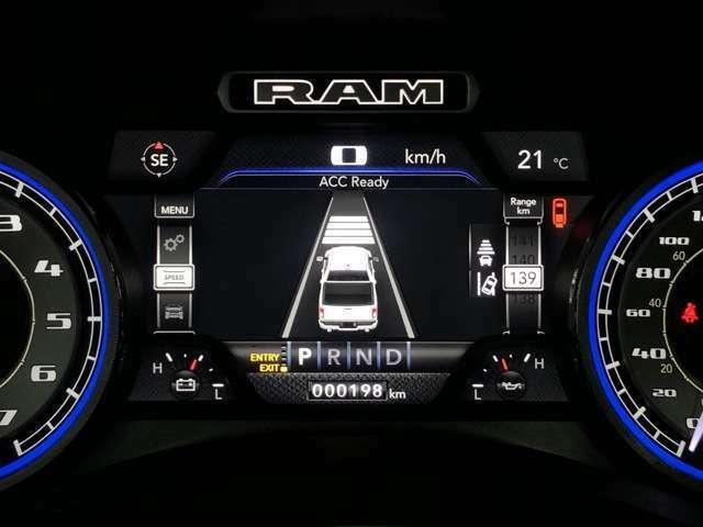 前車を追従して自動でブレーキや加速をしてくれるアダプティブクルーズコントロール、エアサスペンション、自動駐車システムなどが装備されているのがリミテッドです!