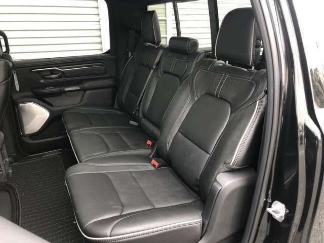 後部席が直角というのがトラックゆえの悩みと言われます。しかし!なんとラムの後部席にいたってはスライド&リクライニング機能が備わっているので、そんな心配ご無用です。