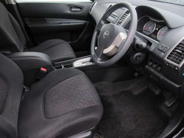 シートリフター機能もございますので、よりベストポジションにてお乗り頂けます!前席中央にはひじ掛けもございます!
