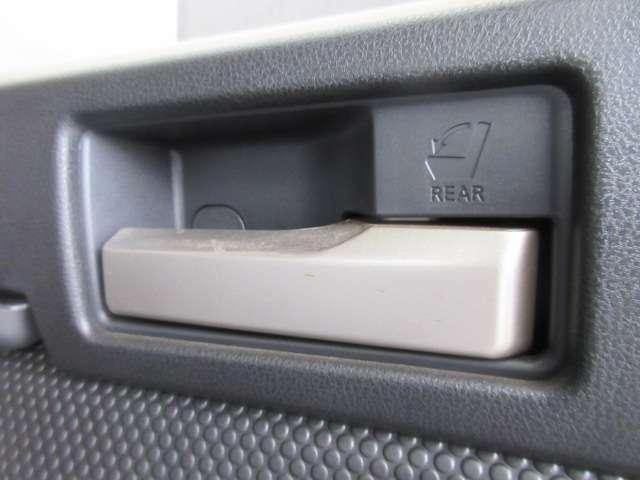 リアシートは、ラゲッチにあるこちらのレバーにて倒すことが可能です!荷物を積む際も便利ですね!