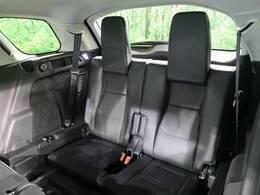 【5+2シート】3列に分かれた7人乗りのシートは簡単に展開可能です。空間を巧みに利用する様々な工夫が乗る人すべてに快適な乗り心地を提供します。