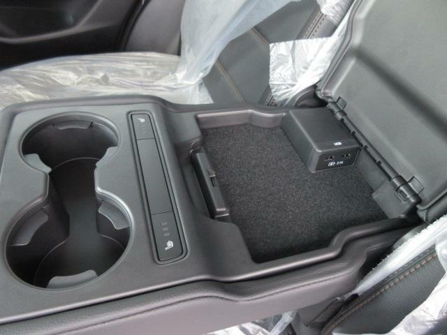 後席アームレストにドリンクホルダーとリッド内に充電用USB端子を装備いたしております。