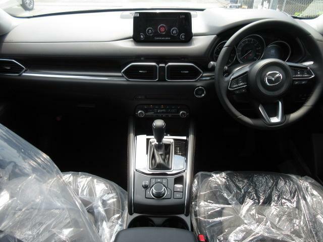 ドライバーを中心に操作機器や計器類を左右対称に配置したマツダ車共通のコクピットデザイン。先代よりも高さをアップしたフロアコンソールにニーパッドを配置し機能性と共にSUVらしい剛性感あるデザインです。