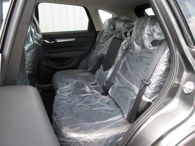 後席。後席用にエアコンの吹き出し口を設け快適にお乗りいただけるようなりました。また、シートの傾き角度を先代から見直しとリクライニング機構を採用し後席の快適性が大幅に向上いたしました。