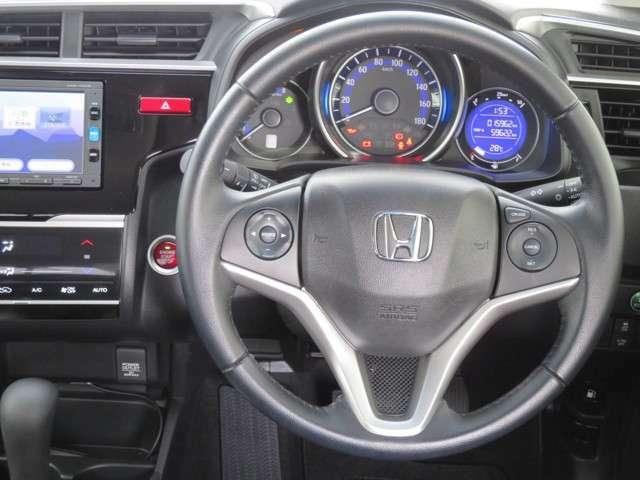 クルーズコントロールが装備されており、高速道路で定速走行が出来ます。前車との車間を自動で調整してくれる機能付きですのでドライブが快適です。