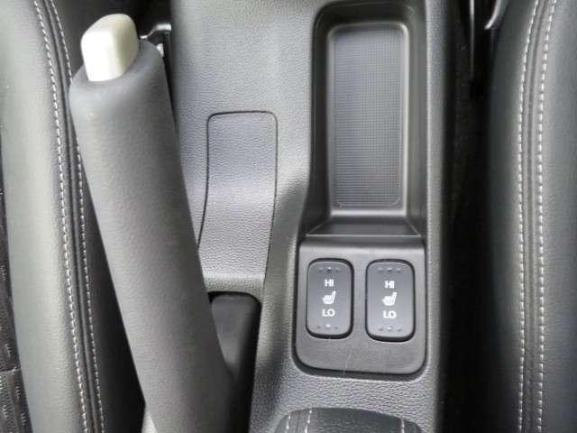シートヒーター付です。寒い時期にはエアコンの温かい風が出るよりも早く温かくなるので便利です。
